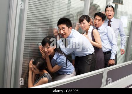 Kollegen halten Gläser an die Wand - Stockfoto