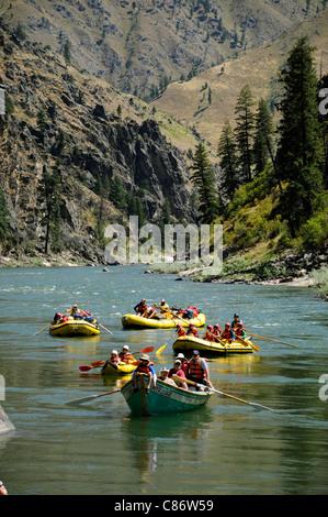 Schlauchboote Paddel, Ausrüstung, Boot, Dory und aufblasbaren Kajaks mit der O.A.R.S.-Gruppe am Main Salmon River - Stockfoto