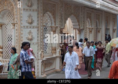 """Gläubigen besuchen die kunstvoll verzierte """"Mudiali Club Durga Puja im"""" in Kolkata (Kalkutta), West Bengal, Indien. - Stockfoto"""