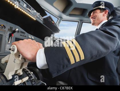 Deutschland, Bayern, München, Pilot Pilot Flugzeug aus Flugzeug-cockpit - Stockfoto
