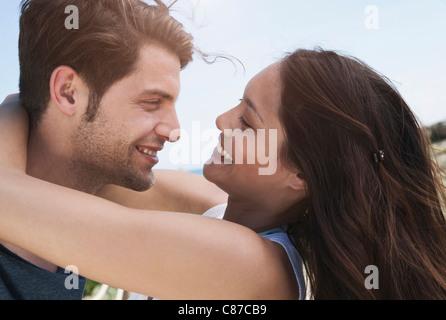Spanien, Mallorca, junges Paar romancing am Boardwalk, Nahaufnahme - Stockfoto