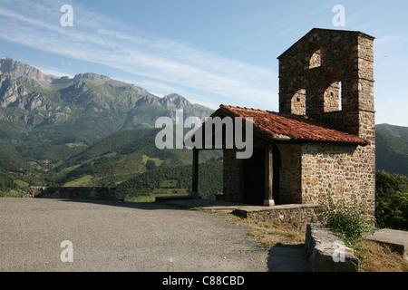Ermita de San Miguel von Kloster Santo Toribio de Liebana in der Nähe von Potes in Kantabrien, Spanien. - Stockfoto