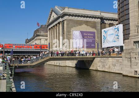 """Pergamonmuseum und Bode-Museum auf der """"Museumsinsel"""" mit einer lokalen Express train Berlin Deutschland Europa - Stockfoto"""