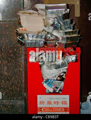 Chinese New Year. Überladene Abfallbehälter. China Town, London, England, Vereinigtes Königreich, Europa - Stockfoto