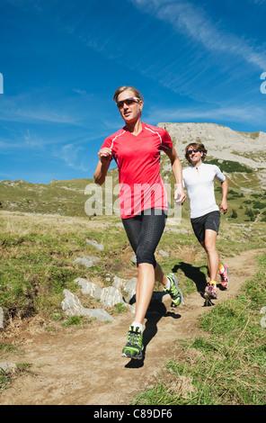Österreich, Kleinwalsertal, Mann und Frau, die auf Bergweg - Stockfoto