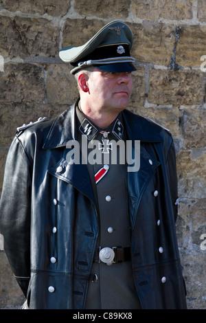 Deutscher Soldat SS-Offizier, mit dem Eisernen Kreuz aus Leder tolles Fell und Kappe. Die deutschen Re-enactors - Stockfoto