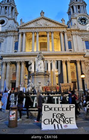 Zelte vor der St. Pauls Cathedral am dritten Tag besetzen London antikapitalistischen Protest als Nacht fällt. Montag, - Stockfoto