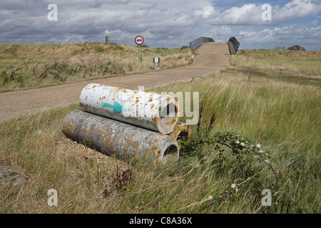 Rohre & Betonstraße, Orford Ness National Nature Reserve, auf die Suffolk Heritage Coast, East Anglia, England - Stockfoto