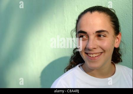 Porträt der jungen Frau lächelnd - Stockfoto