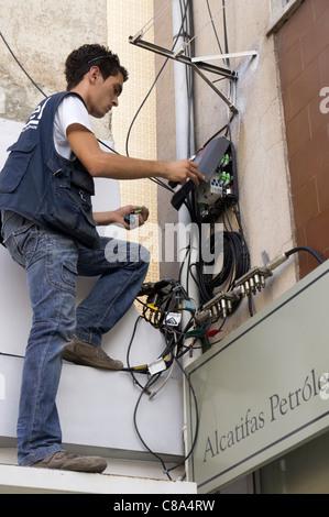 Techniker installieren Faser Optische Breitband-Internet in einem Wohnhaus - Stockfoto