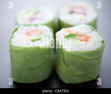 Lachs und Avocado Salat makis - Stockfoto