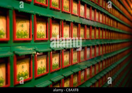 Die Wand des Hong Kong einen Tempel. Ein sich wiederholendes Muster von traditionellen Farben rot und grün. - Stockfoto