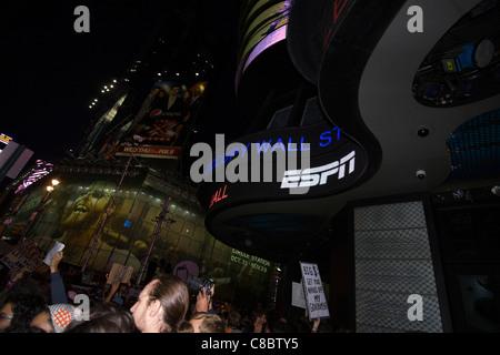 OCCUPY WALL STREET Bewegung geht weltweit Krakeln über die ABC News Gebäude auf dem Times Square in New York City. - Stockfoto