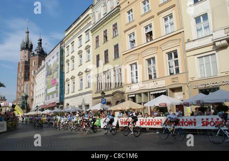Radfahrer in der Main-Platz der alten Stadt in Krakau während der letzten Etappe der Tour de Pologne 2011 Rennen fahren.