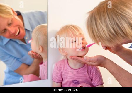 Zähne putzen Kleinkind Tochter Vater - Stockfoto