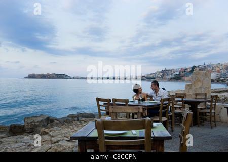 Paar im Waterfront Café sitzt - Stockfoto