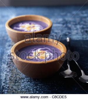 VITELOTTE-Kartoffel-Suppe mit Sahne und geschnittene Mandeln - Stockfoto