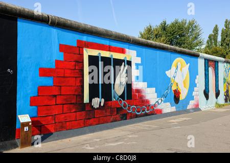 Graffiti auf der Berliner Mauer an der East Side Gallery in Berlin, Deutschland, Europa - Stockfoto
