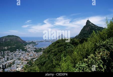 Rio De Janeiro, Brasilien. Blick von der Christus-Statue und Corcovado Berg mit der Stadt von Rio und das Meer. - Stockfoto