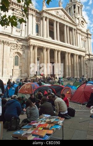 St Pauls, besetzen London, anti kapitalistischen Lager. Zelte mit Demonstranten vor der St. Pauls. - Stockfoto
