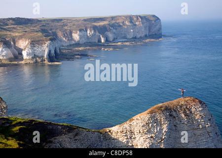 Küstenlandschaft bei Flamborough Head, Yorkshire, England. Mann auf steile Landzunge. - Stockfoto
