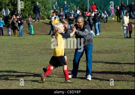 Jugendspieler und Trainer geben eine hohe fünf Rygersdal Football Club Cape Town-Südafrika - Stockfoto