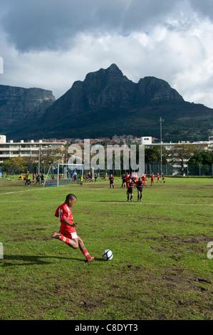 Junge Fußballer kickt einen Freistoß Rygersdal Football Club Cape Town-Südafrika - Stockfoto