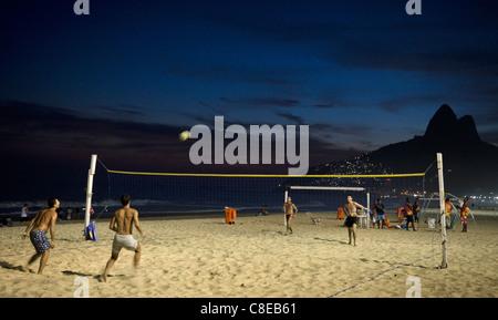 Jungen spielen Beach-Volleyball am Strand Leblon, in der Nacht, Rio De Janeiro, Brasilien - Stockfoto