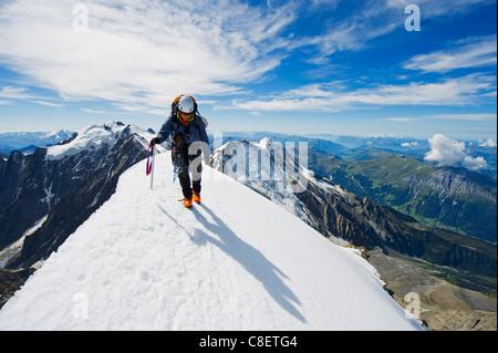 Kletterer am Schneegrat, Aiguille de Bionnassay. auf dem Weg zum Mont Blanc, Französische Alpen, Frankreich - Stockfoto