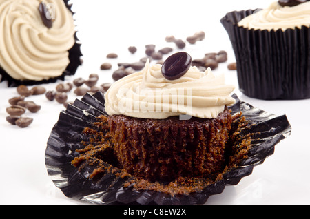 hausgemachte Muffins Kaffee und Kaffeebohnen im Hintergrund - Stockfoto