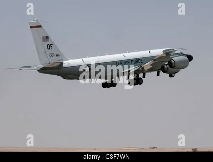 Ein RC-135 Rivet Joint aus 379th Air Expeditionary Wing zieht für eine Mission 20 März in Südwestasien. - Stockfoto