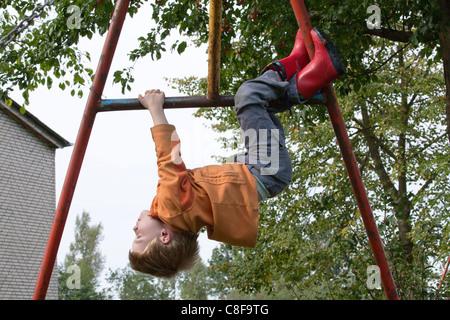 Klettergerüst Zum Aufhängen : Kleiner junge weg klettergerüst hängen stockfoto bild
