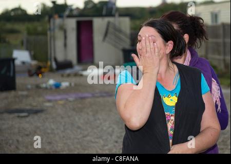 Dale Farm Räumung. Reisenden Frau in Tränen wird von einer anderen Frau, nachdem er Räumungsbefehl vom Rat getröstet. - Stockfoto