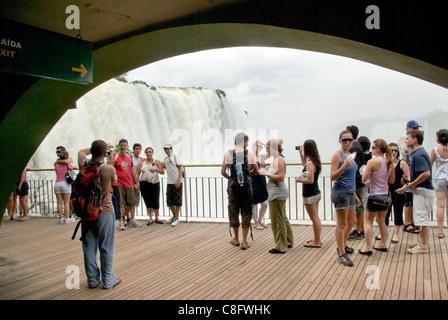 Touristen fotografieren auf Besucher Center Plattform, Cataratas Do Iguaçu, Cataratas del Iguazú. Curitiba, Paraná, - Stockfoto