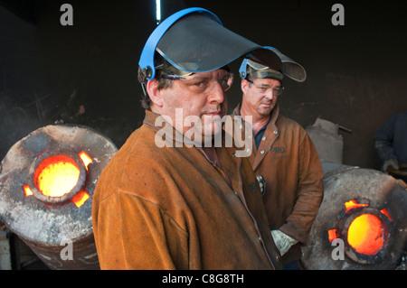 Gießereiarbeiter in kleinen Metallguss Gießerei in Perth Western Australia - Stockfoto