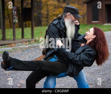 Paar aus Leder für ein Motorrad Fahrt Tanz gekleidet - Stockfoto