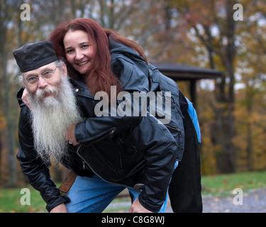 Paar gekleidet in Leder für das Motorrad fahren spielen - Stockfoto