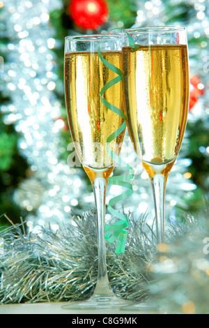 Zwei Sektgläser auf Weihnachten Hintergrund - Stockfoto