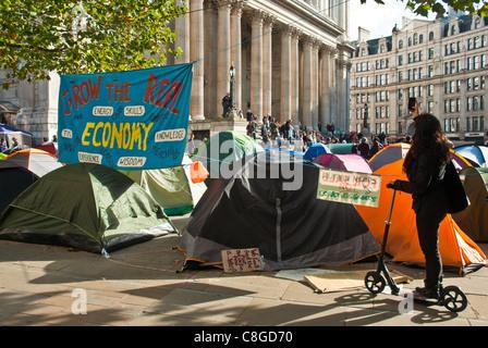 """Zelte vor St. Pauls, im Vordergrund ein großes banner """"Wachsen die Realwirtschaft"""" - Stockfoto"""