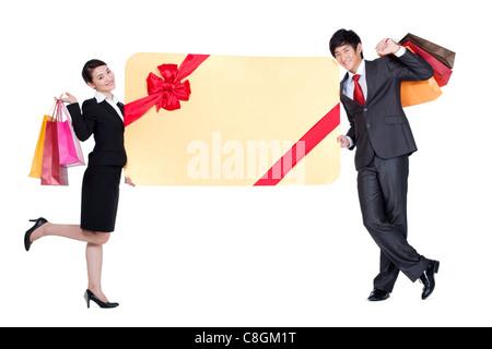 Kollegen lehnte sich gegen einen übergroßen verpackte Karte - Stockfoto
