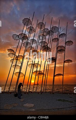 Griechenland, Thessaloniki. Eine Dame Fotografen Fotografieren einer Struktur, genannt 'The Umbrellas' von George - Stockfoto
