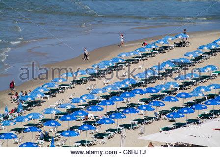 Sonnenschirme am Strand von Sheraton. - Stockfoto