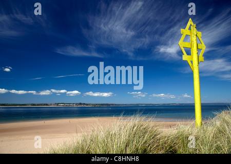 Erdkabel Warnung Zeichen gegen hohen Zirruswolken auf Caldey Island, Pembrokeshire, Wales - Stockfoto