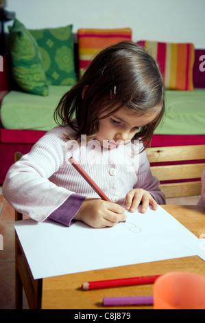 Kleines Mädchen zeichnen - Stockfoto