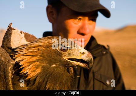 Kasachische Adler Jäger in der Altai-Region von Bayan Ölgii in der westlichen Mongolei. - Stockfoto