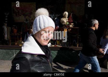 Ein Womam tragen eine Pudelmütze Pässe-durch den Leiter der englischen Playwrigh William Shakespeare dessen Büste - Stockfoto