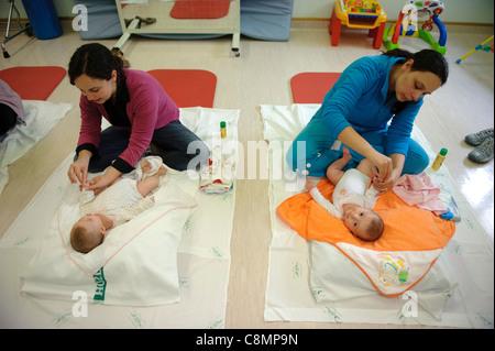 Frauen, die die Betreuung der Babys - Stockfoto