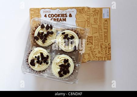 Paket von Tesco 4 Cookies & Cream Cupcakes auf weißem Hintergrund - Stockfoto
