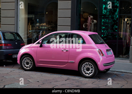 Fiat 500 in Mode rosa Farbe. - Stockfoto
