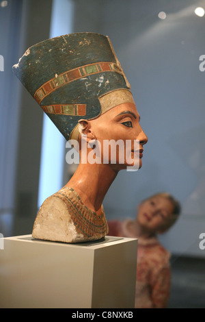 Junge Besucher befasst sich mit der berühmten Büste der Königin Nefertiti im ägyptischen Museum in Berlin, Deutschland. - Stockfoto